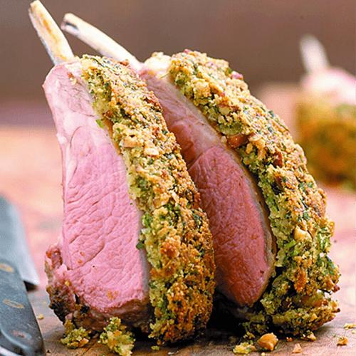 Carré d'agneau en croute d'herbes, purée à l'huile d'olive, légumes de printemps, jus au vin rouge